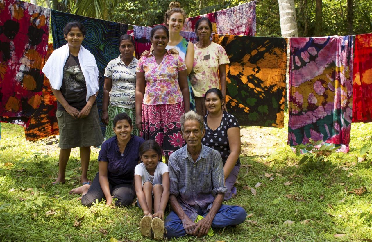 Faire batikstoff Produktion auf Sri Lanka bei Bandu. Das ist das Team von Bcosordinarysucks